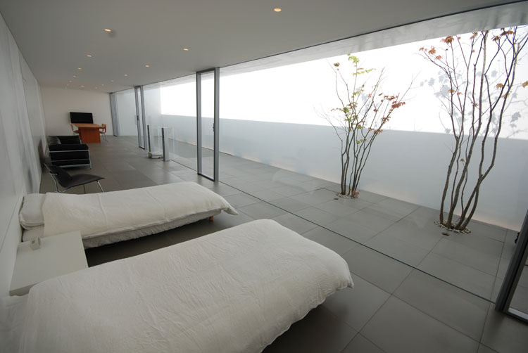 Thoughtful home design 4 000 years of light well for Minimalist house shinichi ogawa associates
